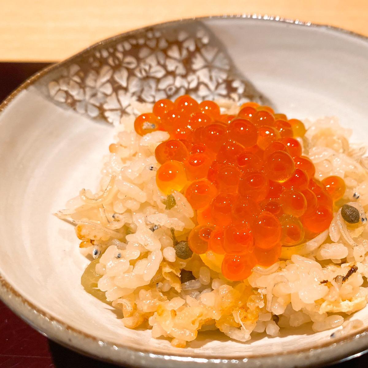雑魚の炊き込みごはんの上に贅沢に乗せたいくら丼です