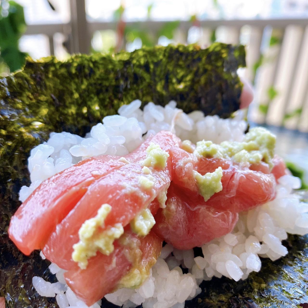 巻き寿司から溢れ出しそうなマグロの身
